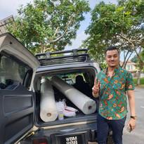 Dato Fazley Yaacob distributing fabrics