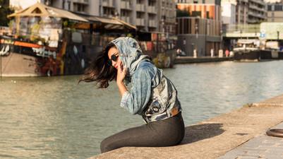 Vagabombe streetwear   Les prototypes, pièces uniques et modèles en Jeans recyclés sont conceptualisés et fabriqués en France à Paris dans leur atelier situé dans le 93. Les stylistes de la marque coopérent avec des tailleurs et couturiers à la réalisation de petites séries en quantités limitées en Europe, en Asie, en Indonésie, en Afrique et actuellement au Pakistan.