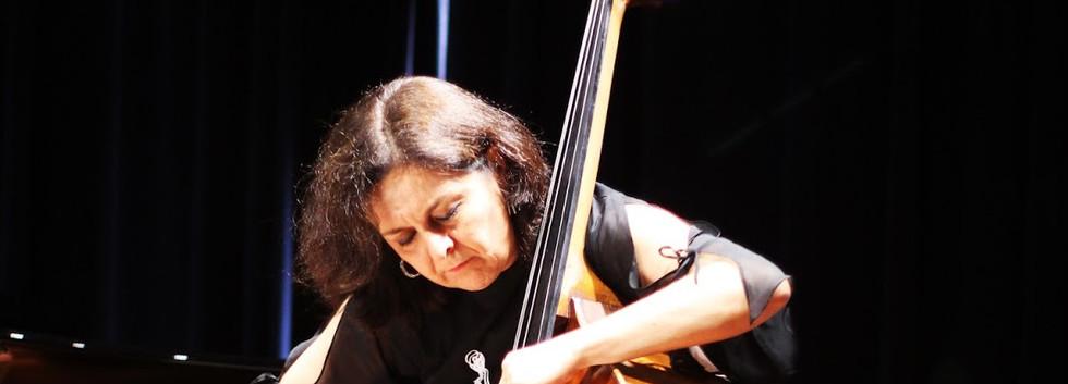 Ana Valéria Poles - Baixo