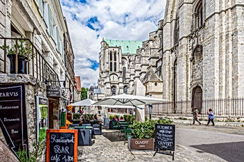 le-parvis-cathedrale-chartres.jpg
