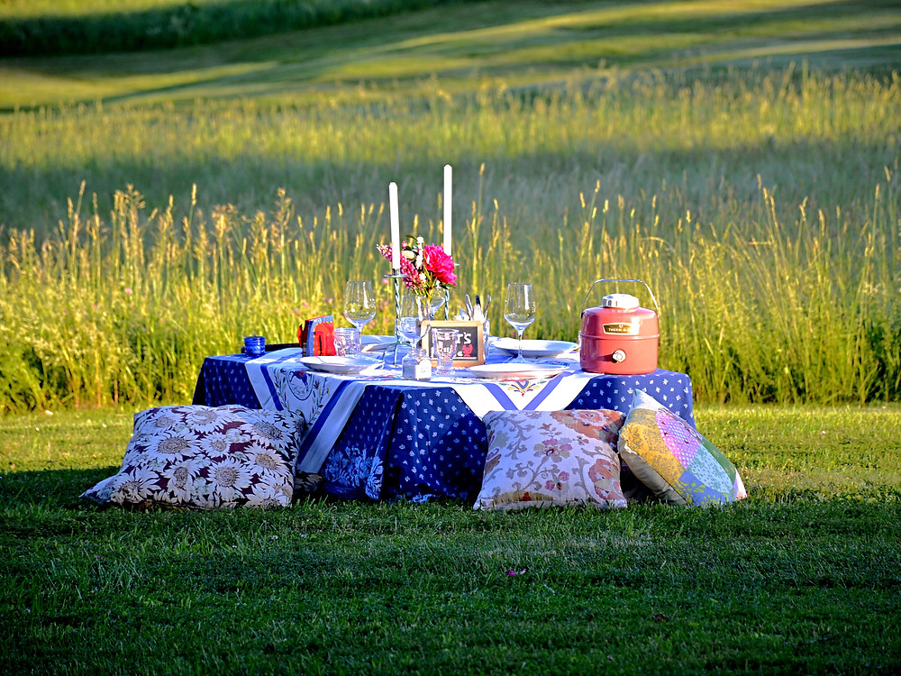 Picnic decorated pallet table with vintage casual style.