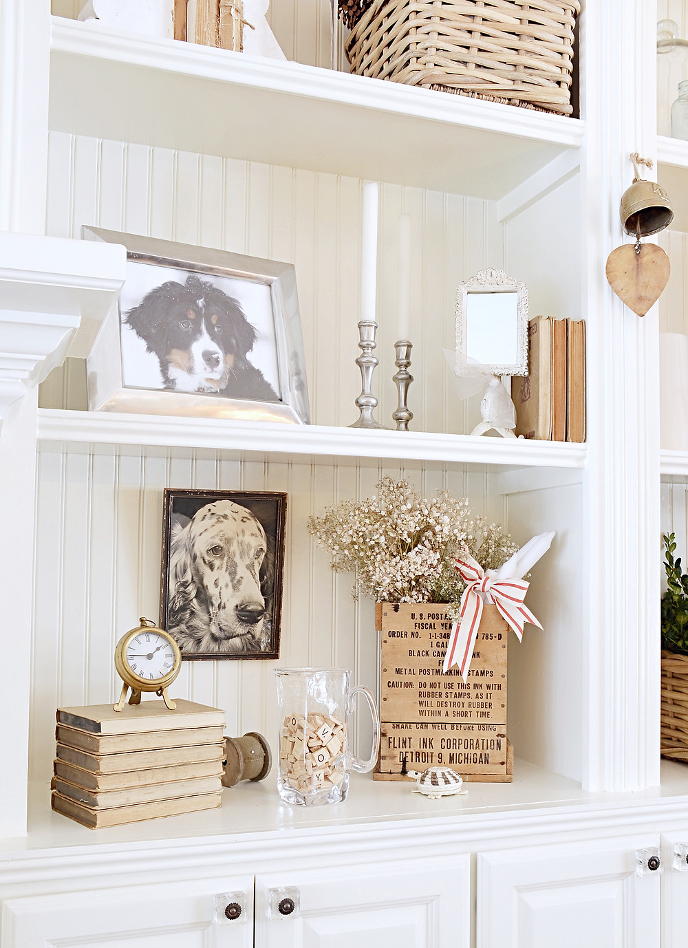 Simple Christmas Decor Shelfie