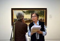 to kvinder tester app på museum