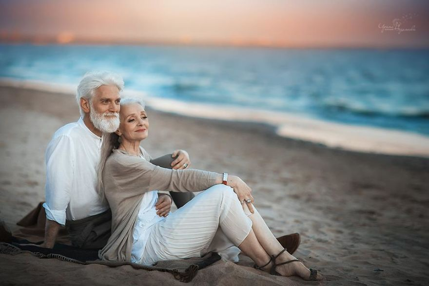 Russian-photographer-makes-wonderful-photos-with-an-elderly-couple-showing-that-love-transcends-time