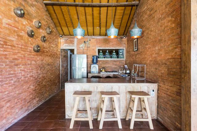 Open kitchen and breakfast bar