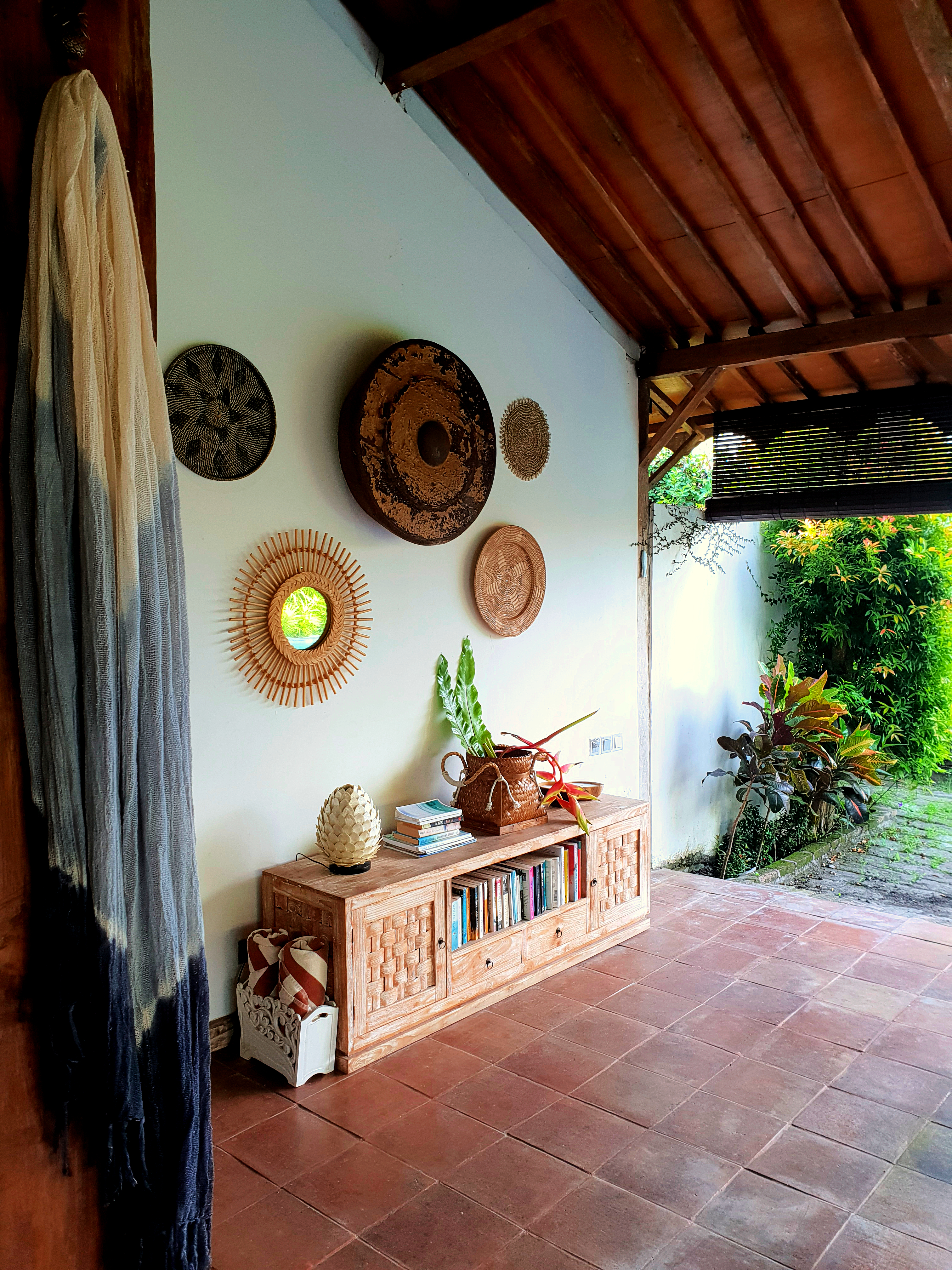 Lounge & Pool Area