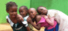 """Bambini che giocano nella Scuola Elementare """"Deborah Ricciu - Espandere Orizzonti"""" a Kibiri, Kampala (Uganda)"""