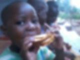 """Colazione dei bambini nella Scuola Elementare """"Deborah Ricciu - Espandere Orizzonti"""" a Kibiri, Kampala (Uganda)"""
