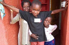 """Bambini nella Scuola Elementare """"Deborah Ricciu - Espandere Orizzonti"""" a Kibiri, Kampala (Uganda)"""