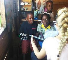 """Bambini in classe nella Scuola elementare """"Deborah Ricciu - Espandere Orizzonti"""" a Kibiri, Kampala (Uganda)"""