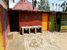 """Esterno toilette nella Scuola Elementare """"Deborah Ricciu - Espandere Orizzonti"""" a Kibiri, Kampala (Uganda)"""