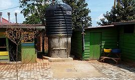 """Serbatoio dell'acqua nella Scuola Elementare """"Deborah Ricciu - Espandere Orizzonti"""" a Kibiri, Kampala (Uganda)"""