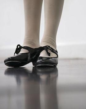 Glänzende schwarze Hahn-Schuhe