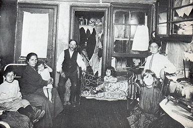 immigrnt famlyin a tenenment slum