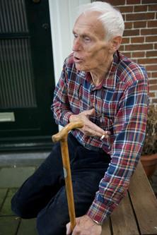 Henk Koning voor zijn huis