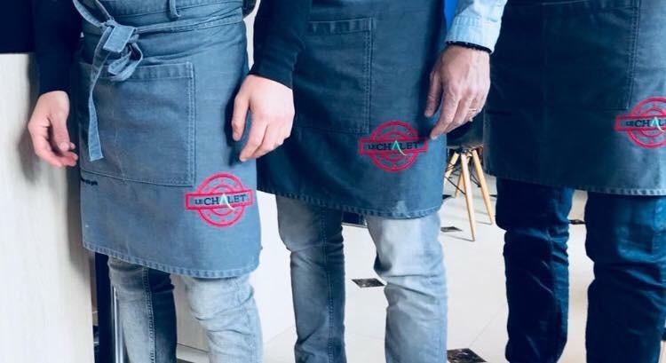 Déclinaison du logotype sur uniforme de travail pour Le Chalet des Pins Restaurant