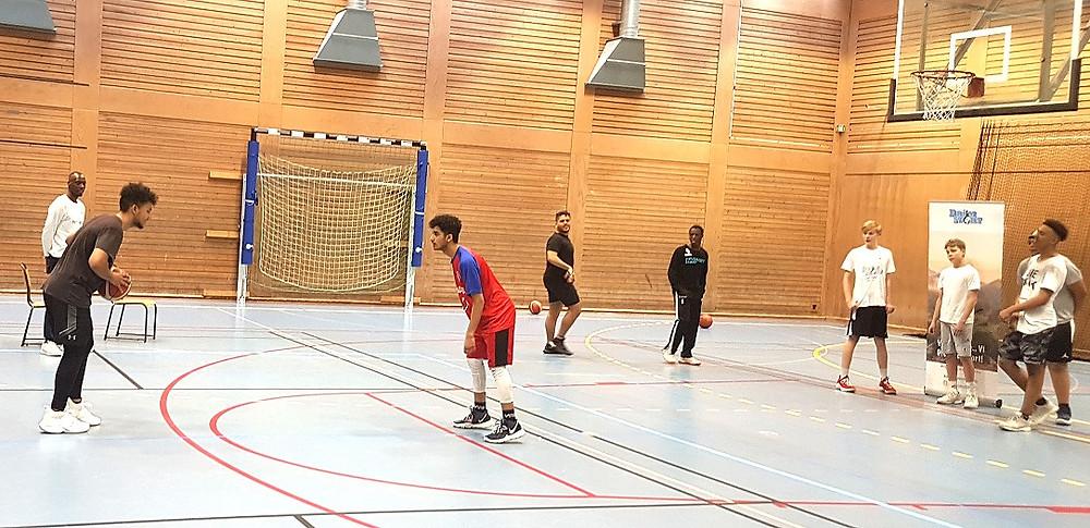 Öppen basket träning under Drömstort påsk aktiviteter i Skärholmen.