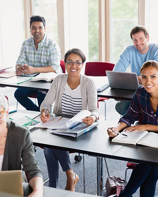 Étudiants et enseignant en salle de clas
