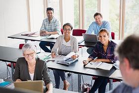 Alunos e professores em sala de aula