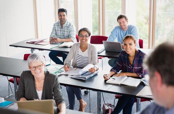 Uczniowie i nauczyciel w klasie