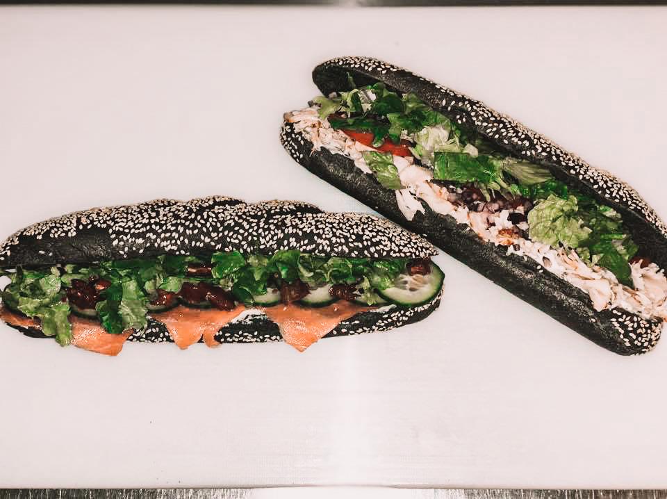 Sandwich à base de saumon et de poulet