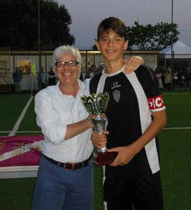 Il Vice Presidente Mirko Tassinari premia capitan Cristian Queirolo