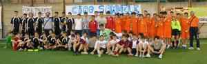 Le finaliste davanti allo striscione per ricordare Samuele Cavallaro