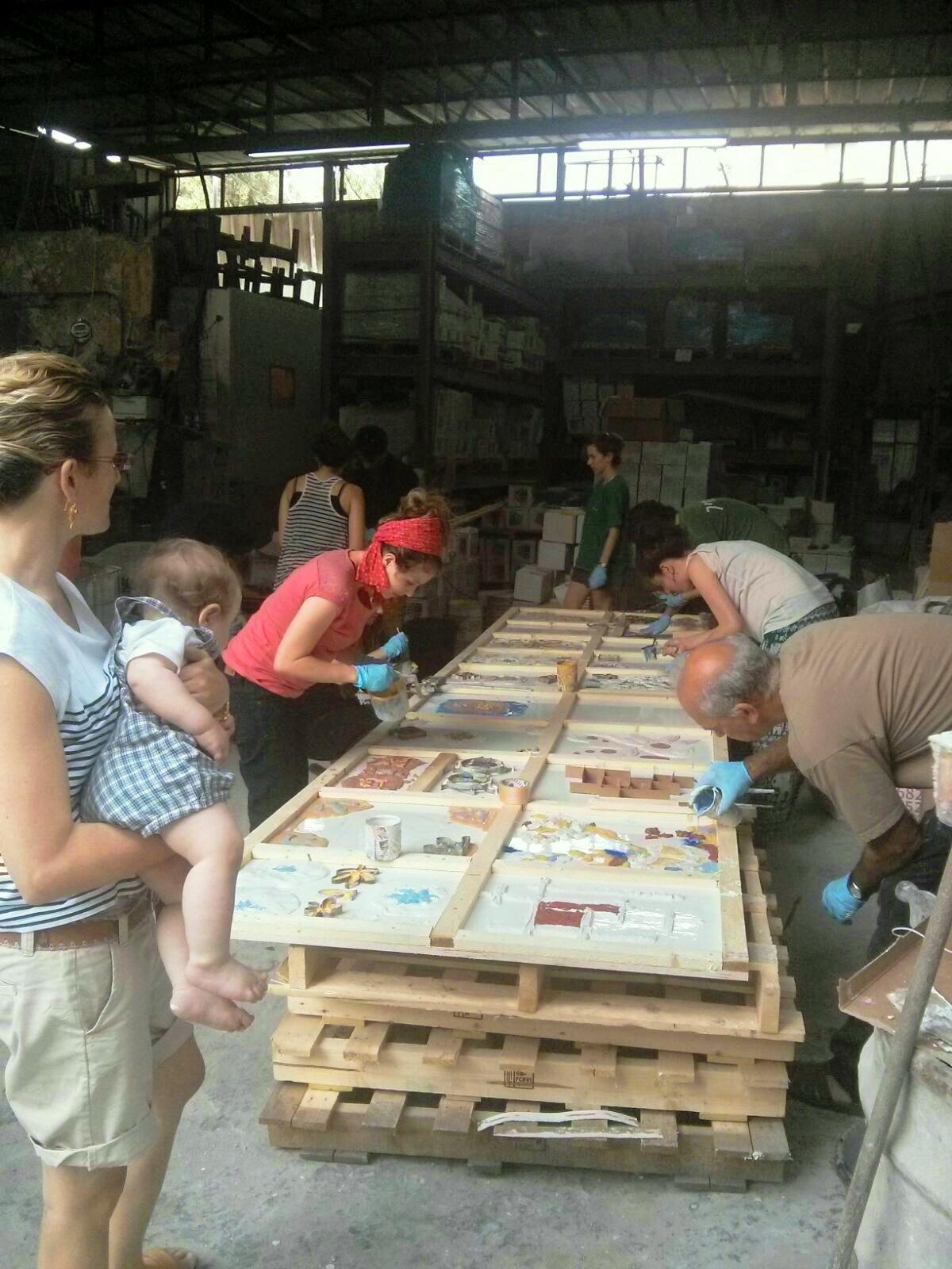 הכנת אריחים מצוירים בעבודת יד