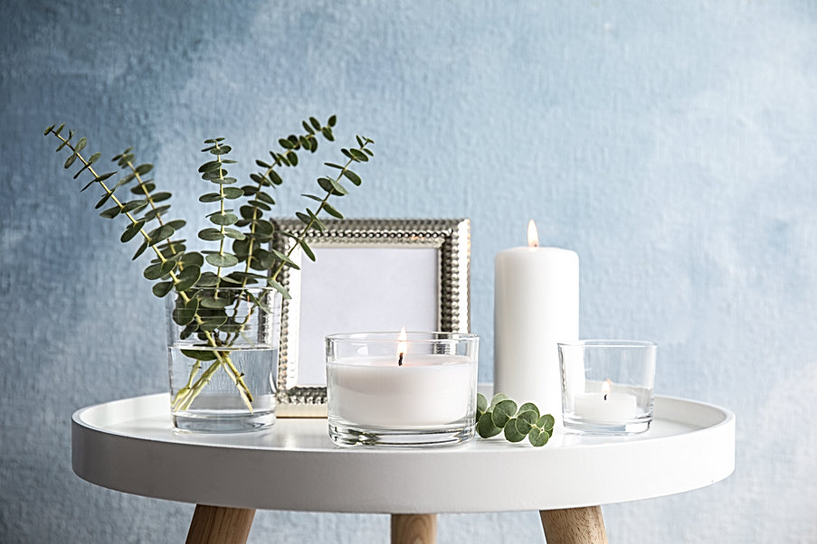 Composition with burning aromatic candle