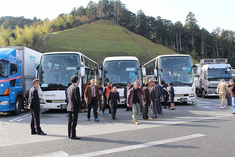 加斗PAに集合した3台のバス