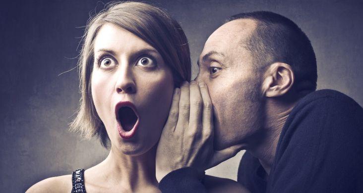 Un homme fait du bouche à oreille à une femme