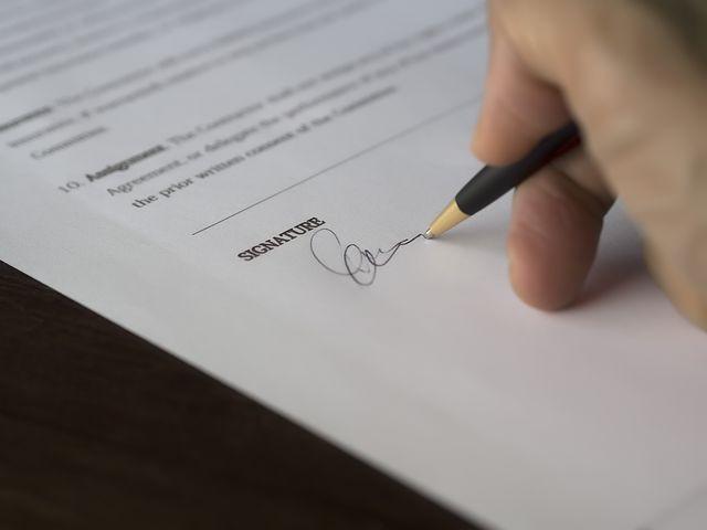 Signature manusrite sur un contrat