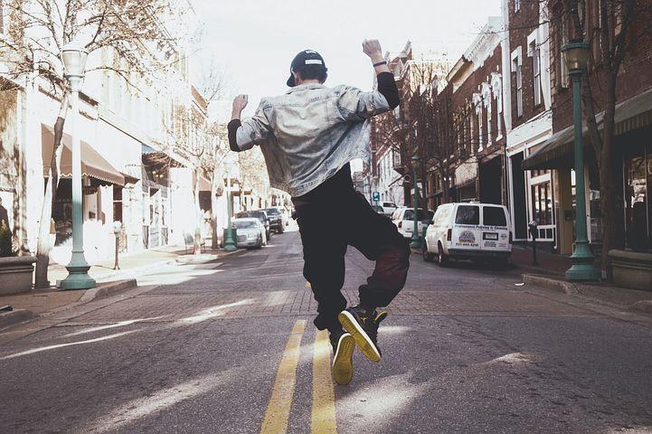 Un homme qui saute de joie en pleine rue