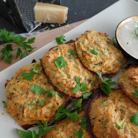 Zucchini-Karotten Taler mit Kräuterquark