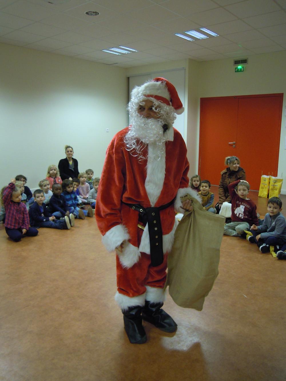 Quelle surprise! Jeudi 19 décembre, les classes de la maternelle étaient réunies pour fêter Noël. Nous avons eu le plaisir d'avoir la visite du Père Noël. Dans son sac, il cachait des chocolats...