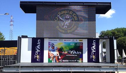 Remorque avec son écran LED vidéo pour l'extérieure, en location chez Led In Scène pour le spectacle et l'événementiel