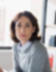 Junge Frau mit grauen Pullover