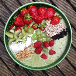 Lunch time 🍓🍌🍒🍋🍎💚_Smoothie bowl__🍃The base_ Simple smoothie_ 2 handfuls of spinach, 3 bananas