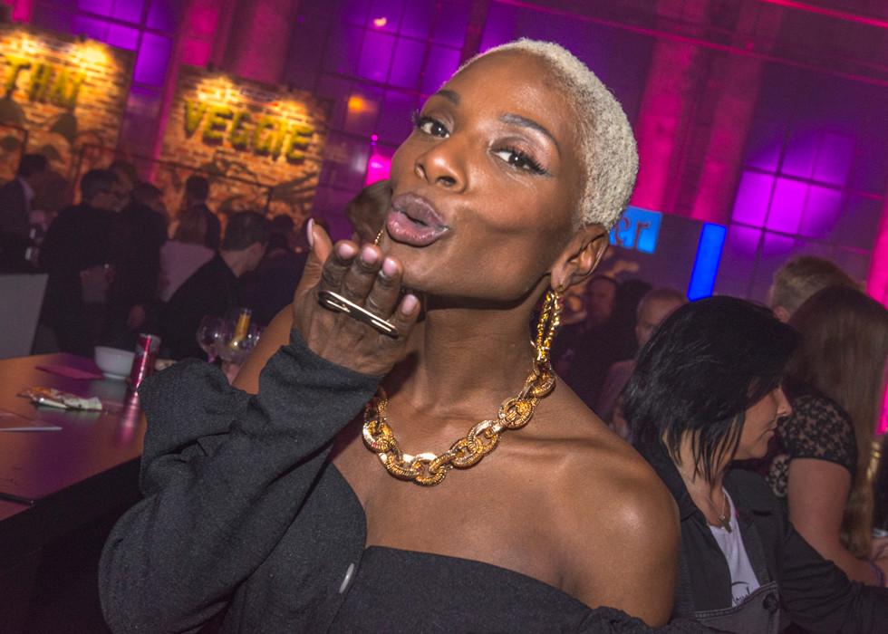 1LIVE Krone 2018 - Nikeata Thompson grüsst auf der Aftershow-Party die LGBTQ+ Community