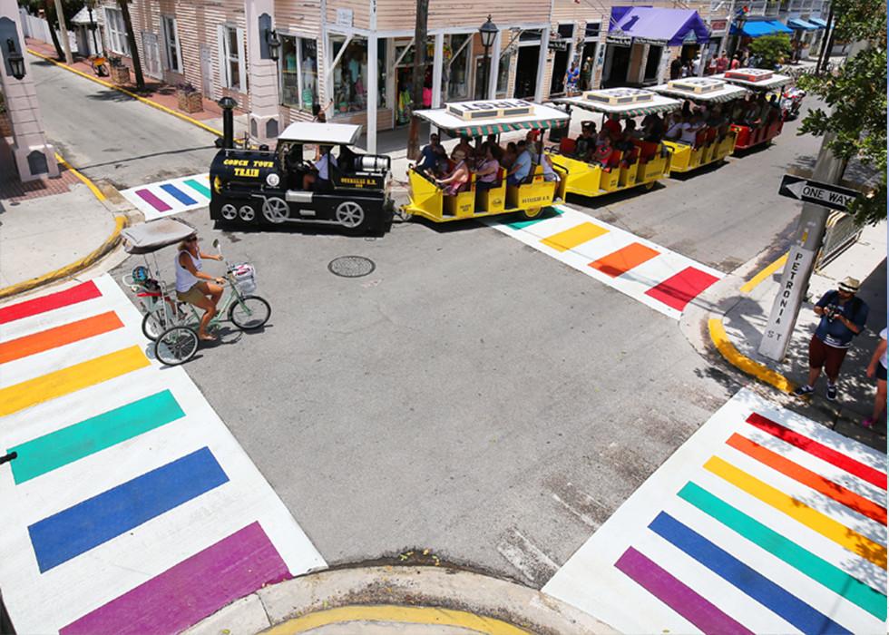 Zebrastreifen in Regenbogenfarbe in Key West (c) Rob O'Neal