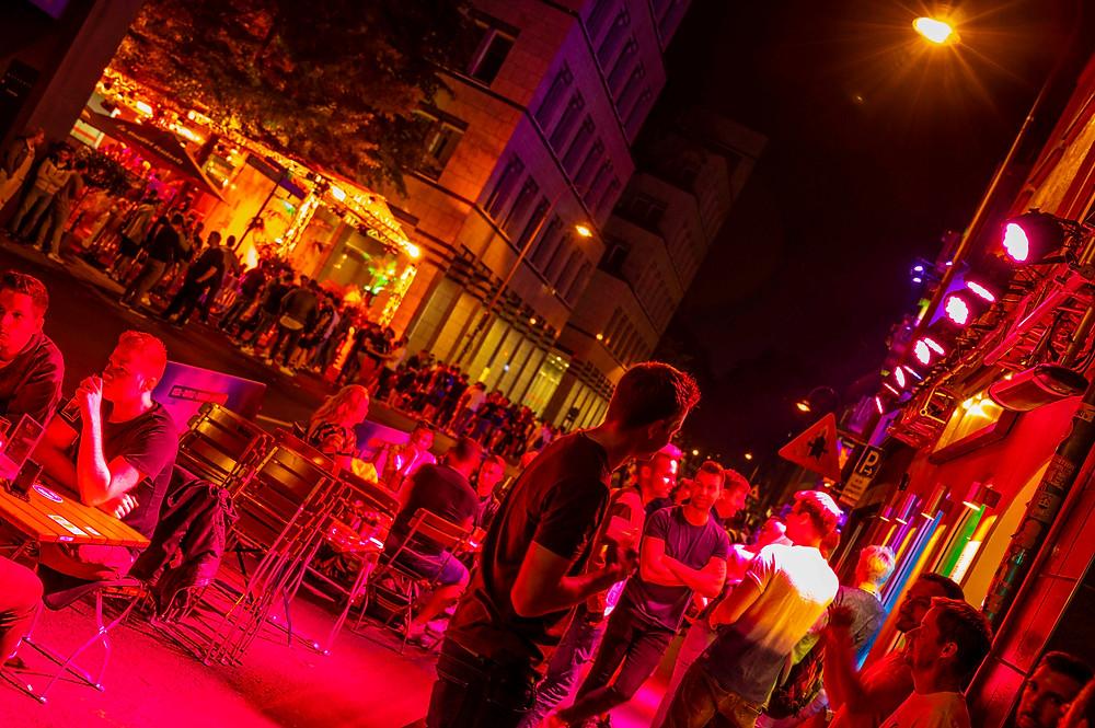 Mit Abstand gefeiert auf der Schaafenstraße - trotzdem wurde durch die Polizei geräumt.