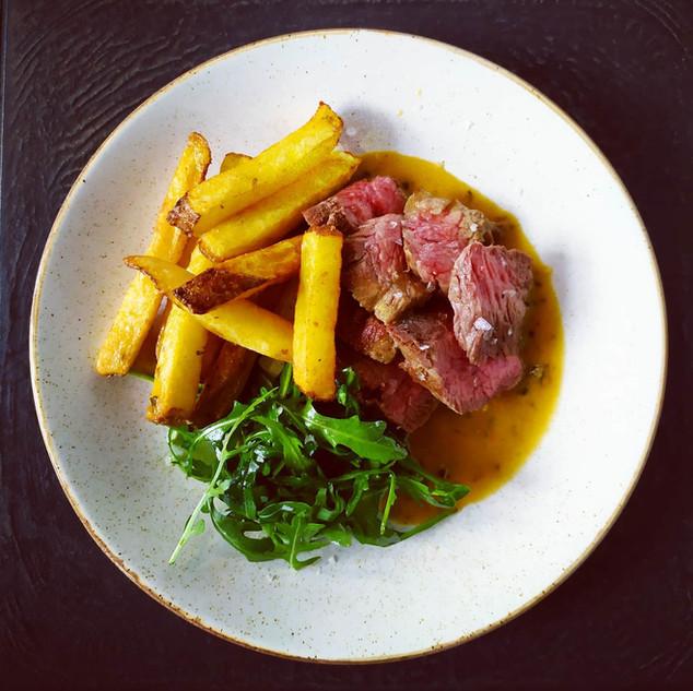 Grilovaný hovězí Flank steak, domácí hranolky