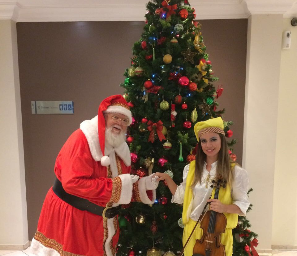 Papai Noel e duende violinista