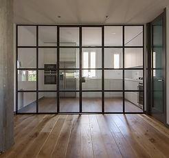 Cocina separada del salón por una vidriera. reforma, decoiración,aprovechat