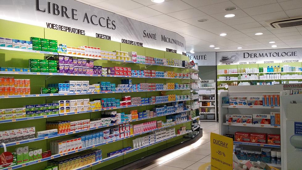 Présentation des médicaments en libre accès sur des descentes murales en pharmacie