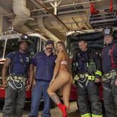 Bomberos suspendidos por posar con modelo en bikini