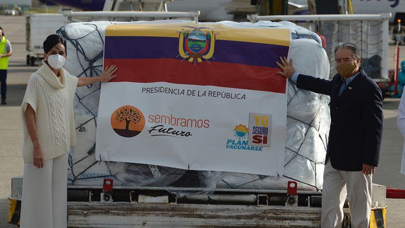 Ministro de Salud de Ecuador decide vacunar primero a su familia