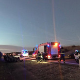 Bomberos rescatan hombre al volcar vehículo