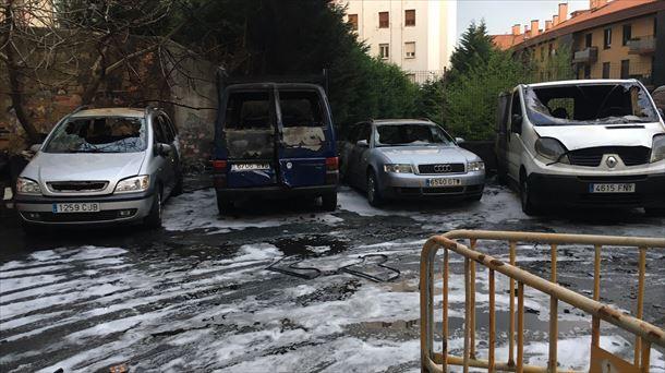 Cinco vehículos quemados en Santutxu