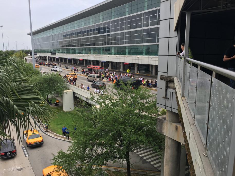 Evacúan centro comercial por sospecha de bomba